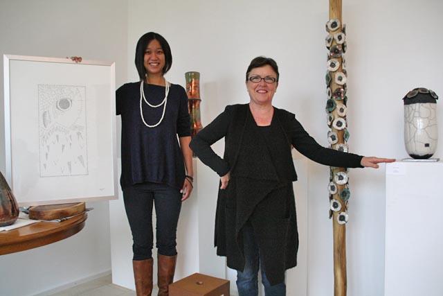 Christine van Weidmann-Truong (links) und Cristina Mazzotti stellen erstmals zusammen in Kaisten aus. Foto: Peter Schütz