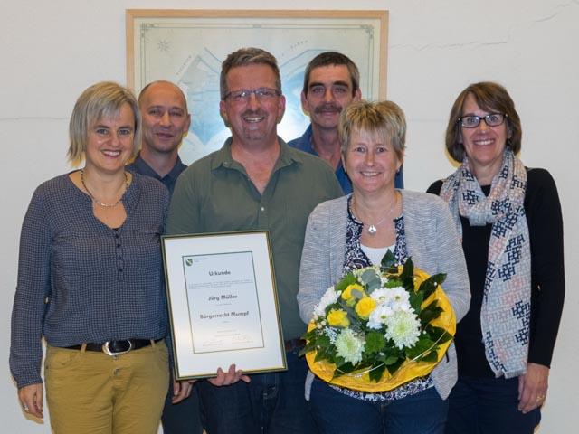 Jürg Müller mit seiner Ehefrau Mirjam, zusammen mit den Gemeinderatsmitgliedern Eveline Güntert, Stefan Güntert, Martin Käser und Beatrice Meier (von links). Foto: zVg