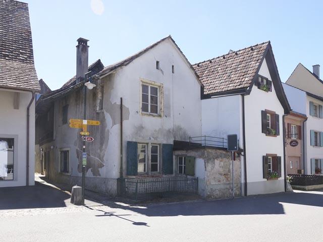 Das Haus an der Burggasse (Bildmitte). Das Nachbargebäude ist konstruktiv mit ihm verbunden, archäologisch jedoch nicht untersucht. Foto: Archäologie Baselland