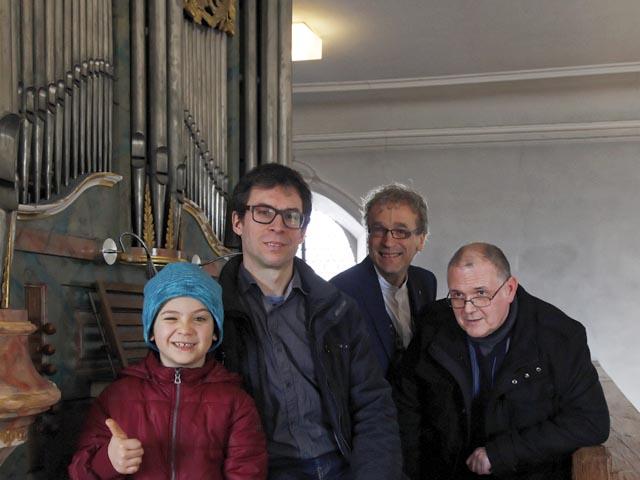 Organist Jörg Lippuner, Pfarrer Peter Feenstra, Orgelbauer Peter Meier und ein junger Orgelfan. Foto: zVg
