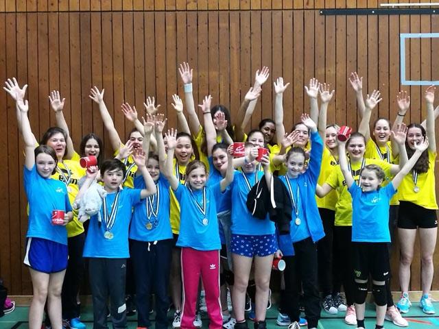 Im Medaillenrausch: Die Euphorie bei den Spielerinnen und Trainerinnen war gross nach der Finalissima. Foto: zVg