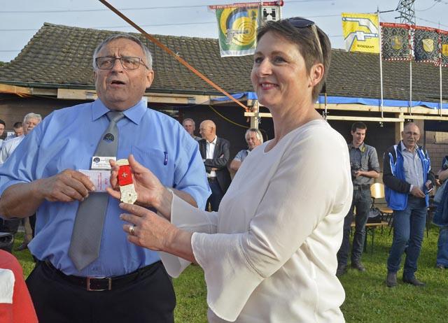 Werner Stauffer überreichte der neuen Aargauer Militärdirektorin den goldenen Feldschiessen-Ehrenkranz. Foto: wr
