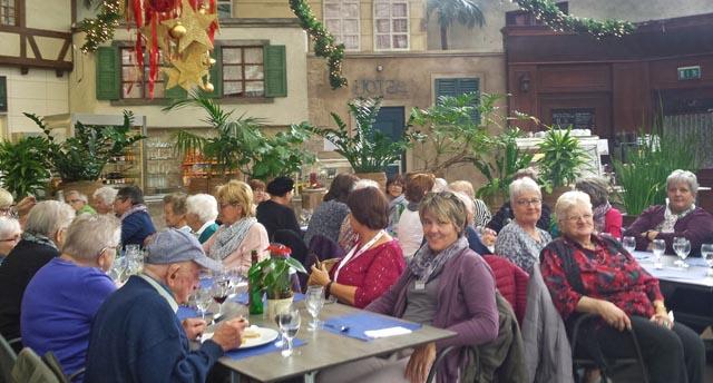 Weihnachtsstimmung und Festessen: Die 30 Ausflügler geniessen den Weihnachtszauber und das Essen am Christkindmarkt in Schinznach-Dorf. Foto: zVg