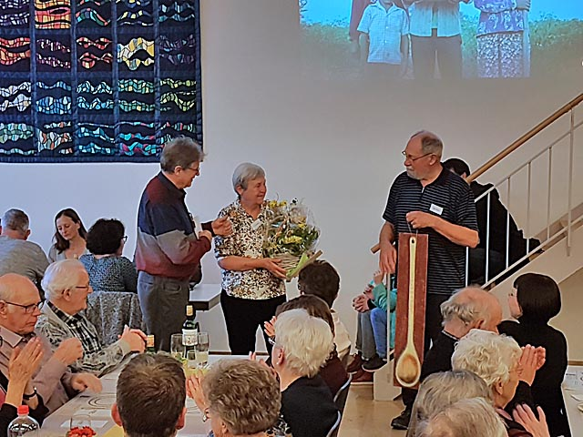Ueli Breitenstein ehrt das Ehepaar Kyburz für deren treue Mitarbeit. Foto: Ines Imhof