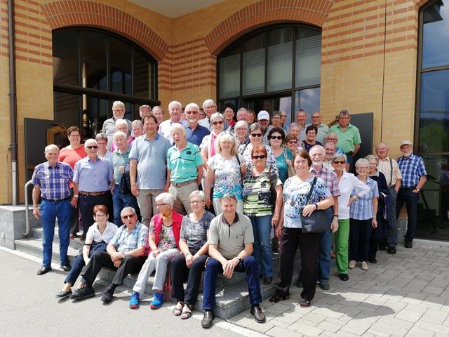 Die Seniorinnen und Senioren von Schupfart trafen sich zum obligatorischen Gesamtfoto vor dem Restaurant Freihof in Gossau bei Sonnenschein. Foto: Hans-Ruedi Graf