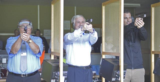 Treffsicherer Aargauer Grossratspräsident: Bernhard Scholl (Mitte) schoss mit der Pistole ein Kranzresultat, während Feldchef Werner Stauffer (links) nur wenig besser zielte als Nationalrat Thierry Burkart (rechts). Foto: wr