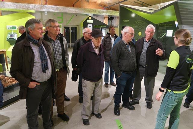 Aufmerksam folgten die Männerturner den energiebezogenen Äusserungen der Referentin und Führerin beim Rundgang durch die Umweltarena in Spreitenbach. Foto: zVg